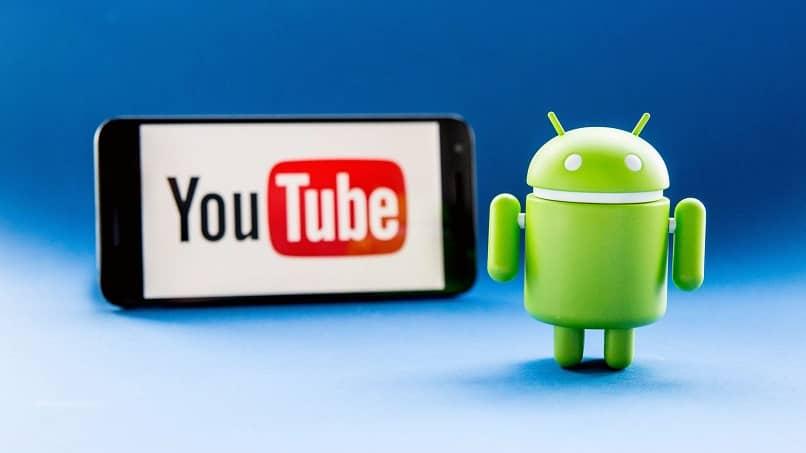 un celular de fondo con la aplicacion youtube con el logo de android
