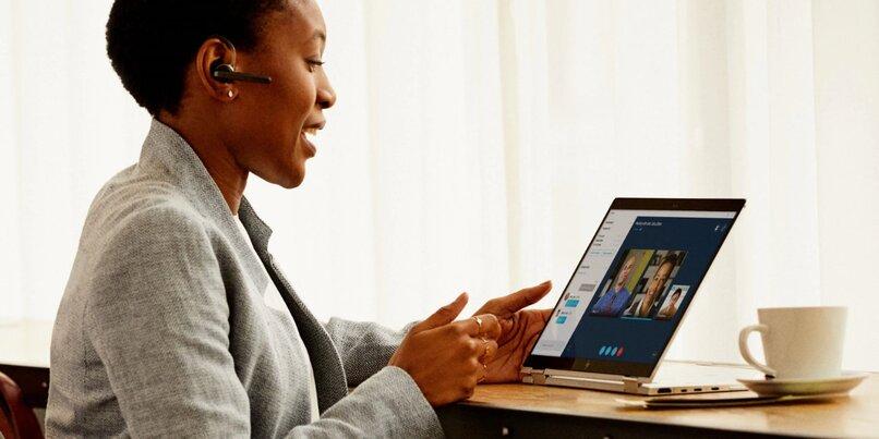 mujer videoconferencia